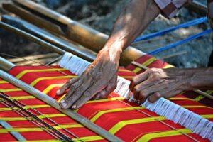 Kegiatan menenun di Kampung Wunga. Foto: instagram/rein.hard.35