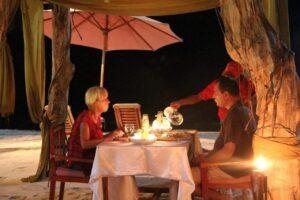 Makan malam bertema di Pondok Wisata Pantai Cemara. Foto: www.pondokwisatapantaicemara.com