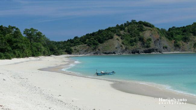 Pantai Maloba, Tempat Wiata di Smba Tengah