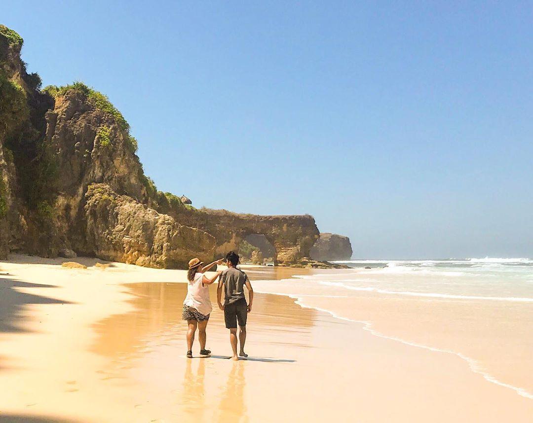 Pantai Mbawana Batu Bolong