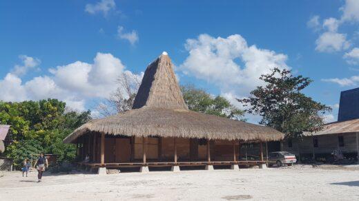 Rumah Adat di Kampung Praiwayang. Foto: Google Maps / Lupita kemala Dewi