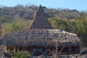 Rumah tradisional di Kampung Wunga. Foto: instagram/marlon.s.cancer