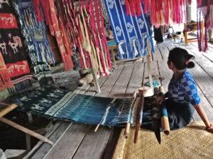 Seorang ibu menenun di Kampung Praiwayang. Foto: Google Maps / Elsa Aji
