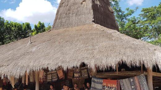 Warga kampung Pau Umabara menjajakan kain Tenun Pahikung. Foto: instagram/lennyagustin18